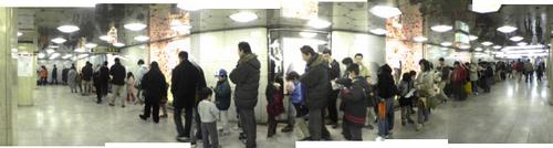 『無限のチケット』に並ぶ人達の列