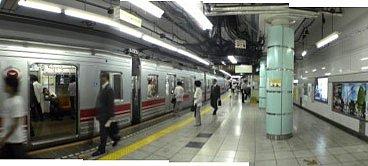 夕方の日比谷線六本木駅